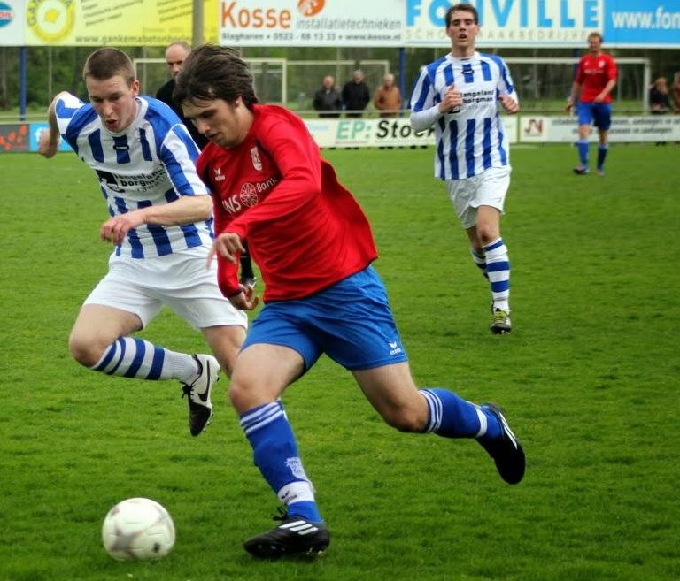 Jeffrey Bakker snelt langs een tegenstander (foto: Stoffer Bakker)