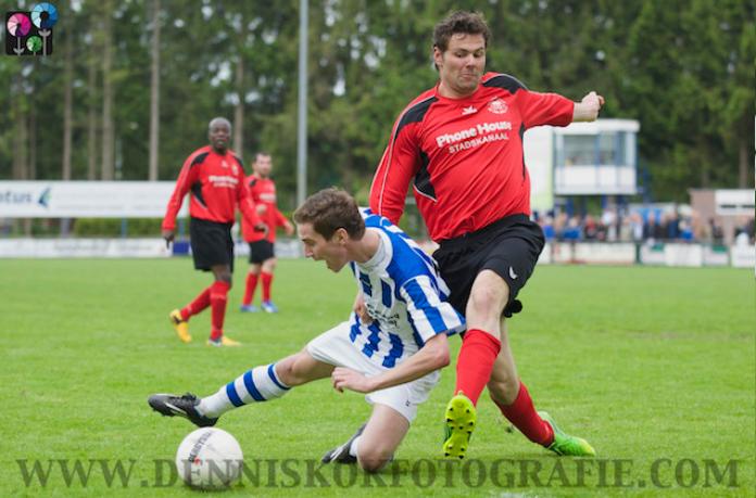 Martijn Haan in duel met een Raptim speler. Op de achtergrond Mendinho Mendes