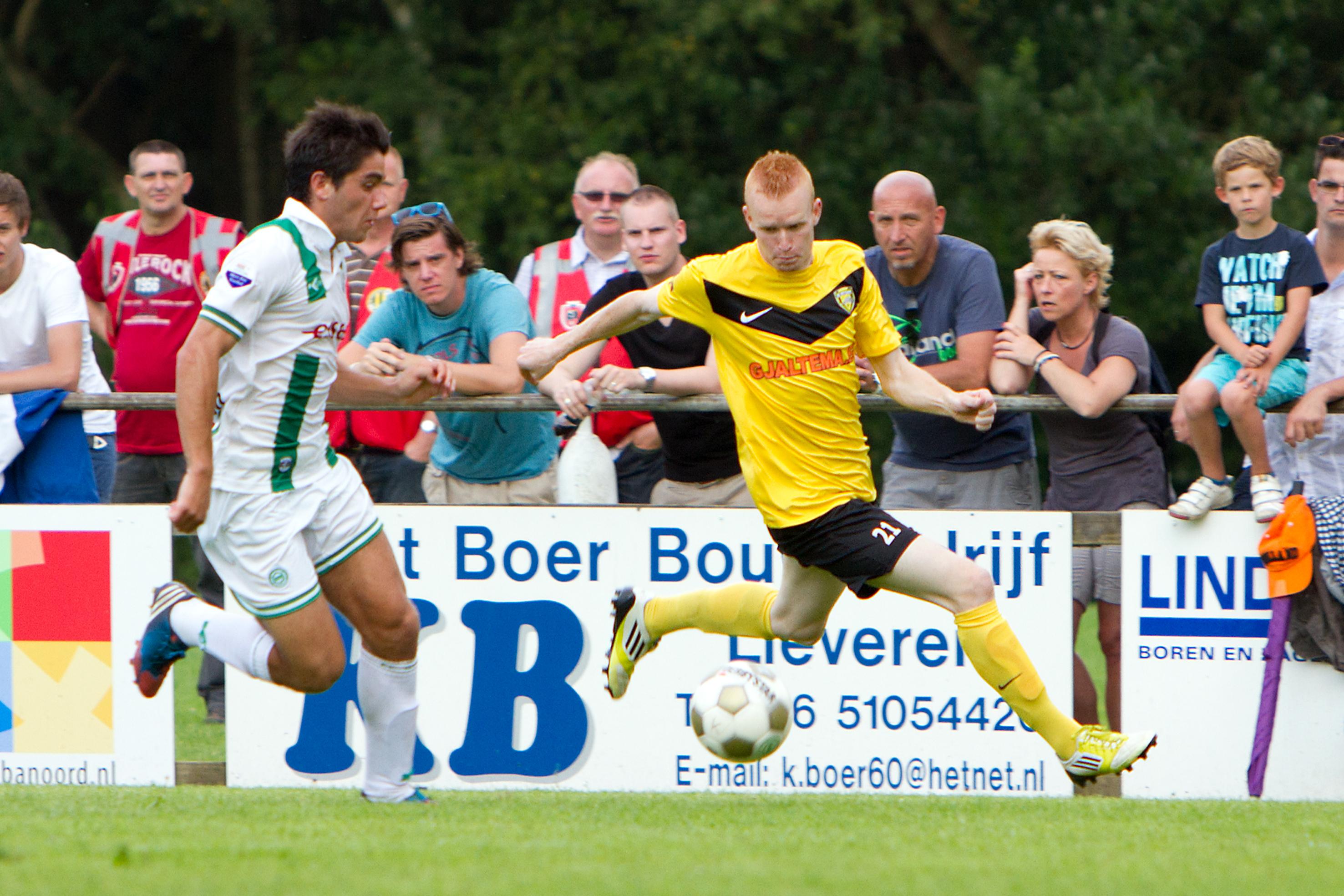 Arjan Wiegers in actie namens SC Veendam tegen FC Groningen