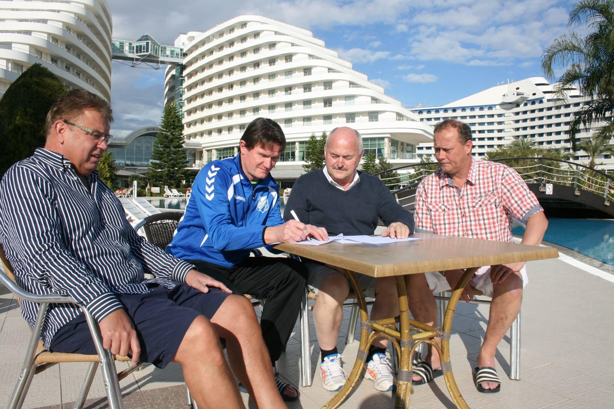 Harris Huizingh en het bestuur van Valthermond ondertekenen hun overeenkomst...