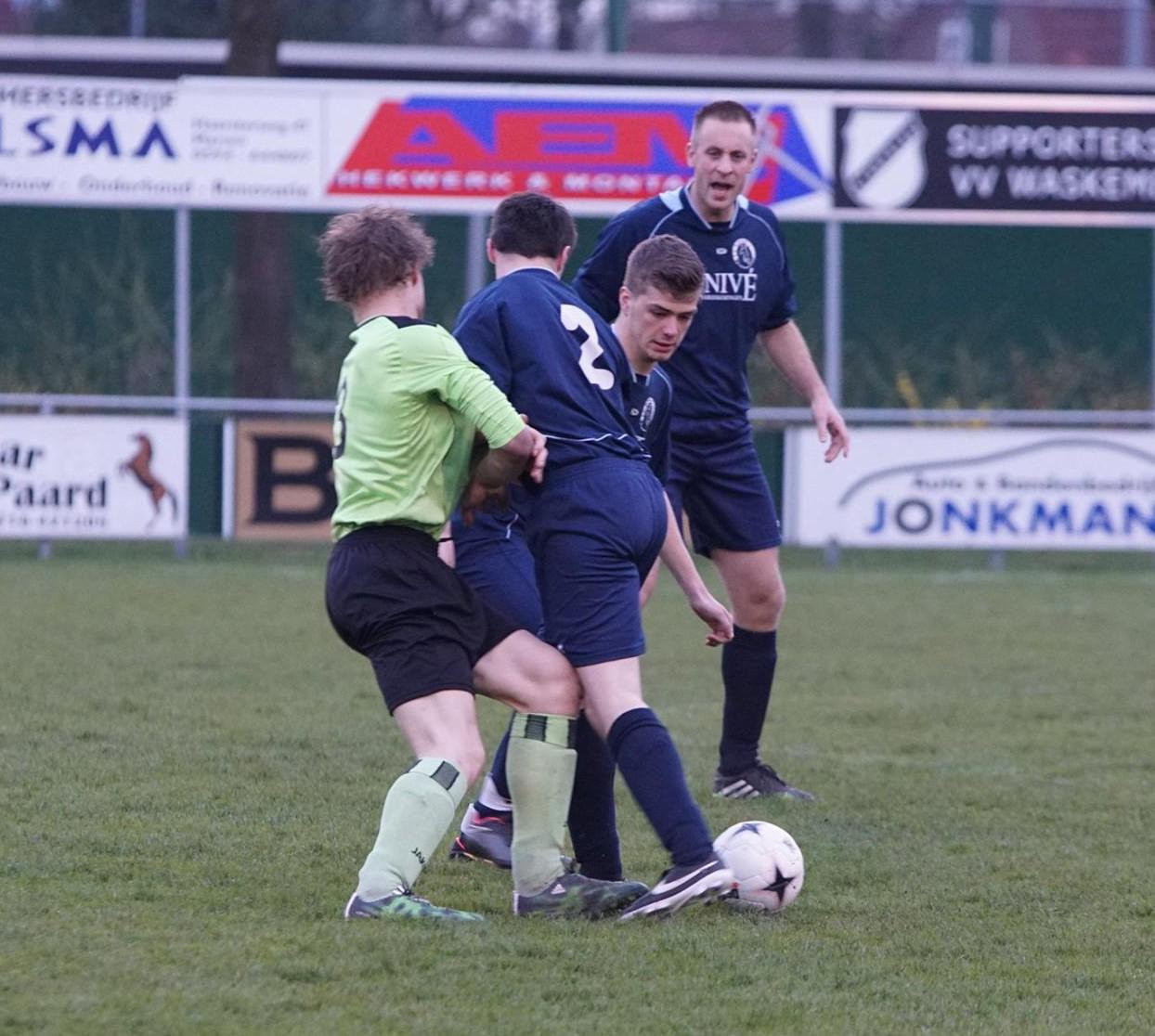 Eén van de duels uit het eerste half uur... (foto: Andries Middelbos)