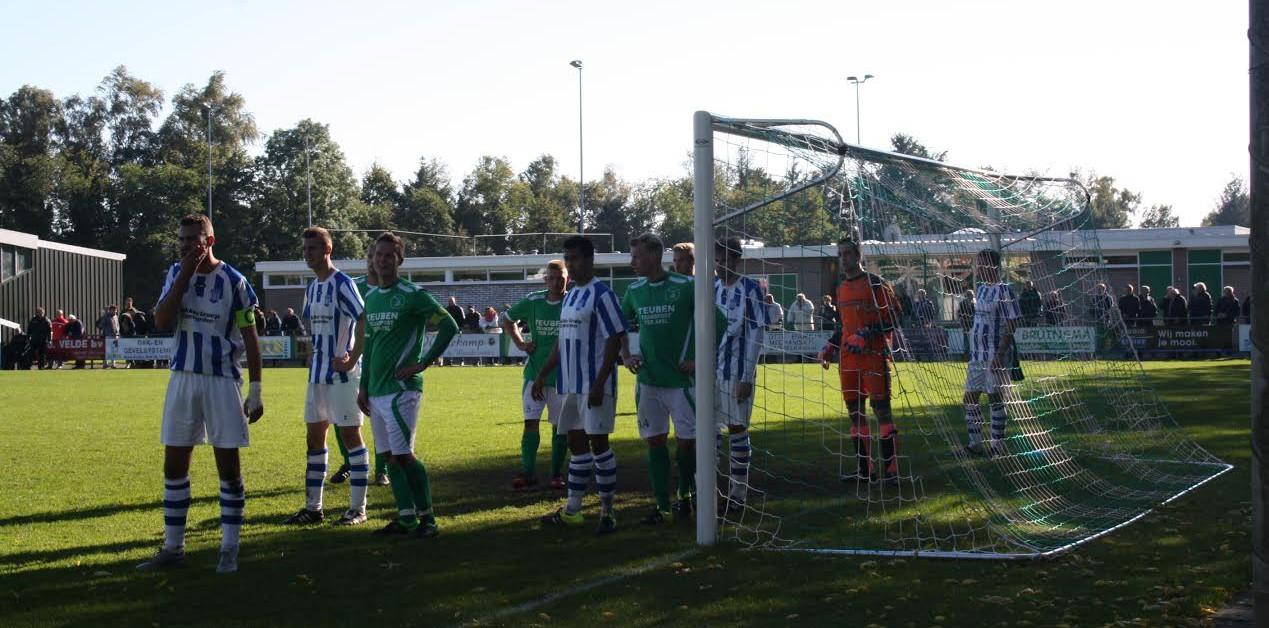 Drukte voor de goal van Raptim... (foto: v.v. Musselkanaal)
