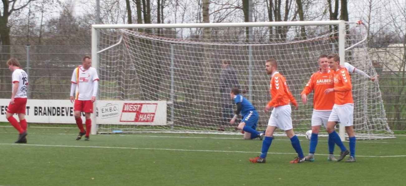 Gert Lukens, terug bij Nieuw Buinen, direct betrokken bij een goal... (foto: v.v. Nieuw Buinen)