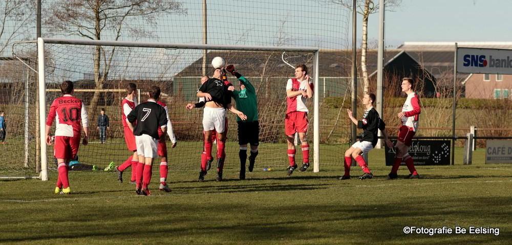 Spelers van Westerwolde belagen (het doel van) Robbert Zuur... (foto's: Bé Eelsing)